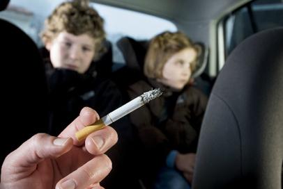 Cuidado com o cigarro perto de crianças!