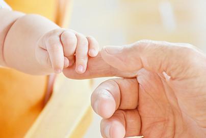 Por que a pele dos bebês e idosos é tão sensível?